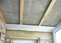 Установка на потолок деревянного каркаса из бруса