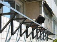 Монтаж кронштейнов для увеличения балкона