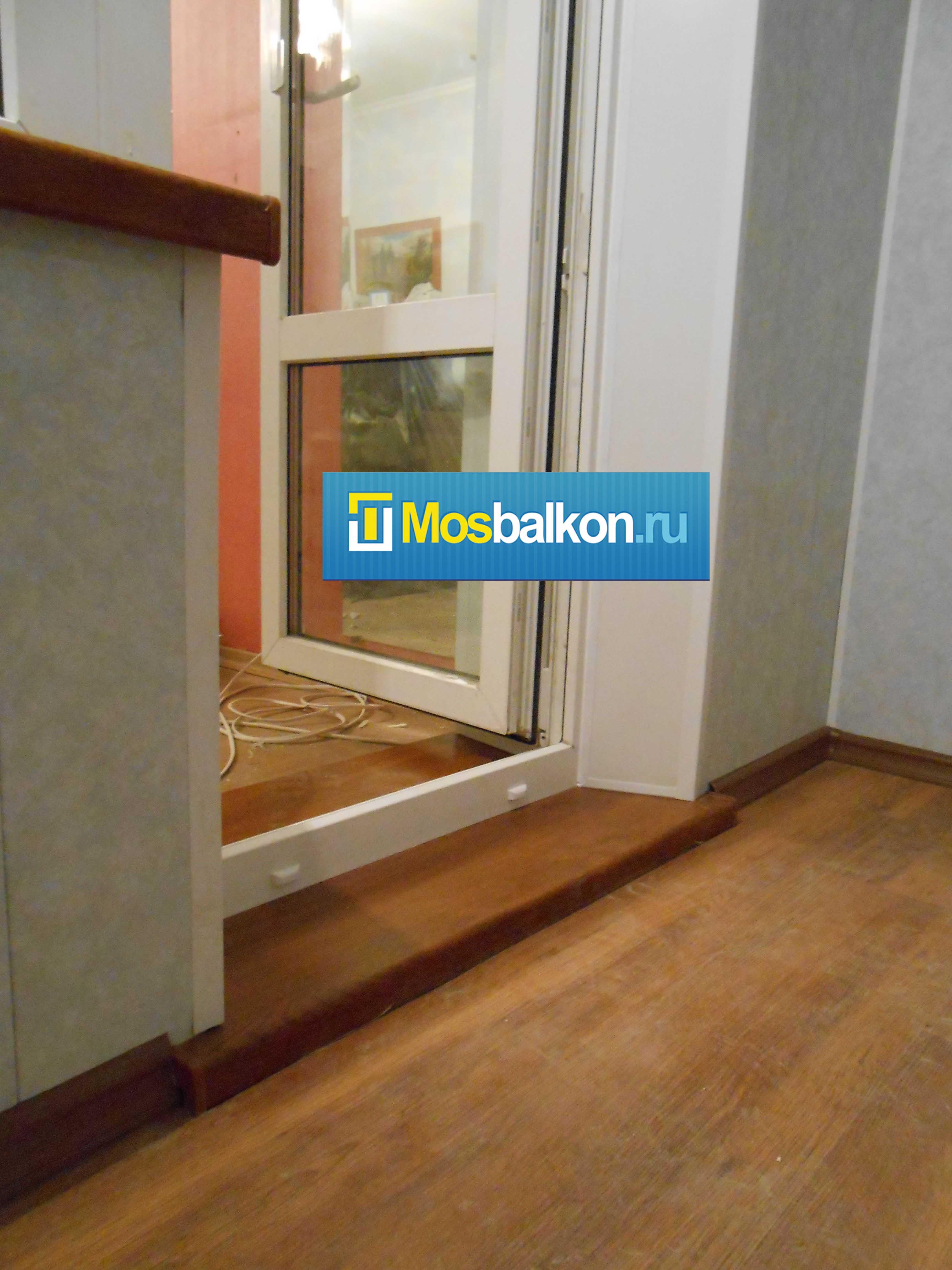 Установка пластикого балконного порога.